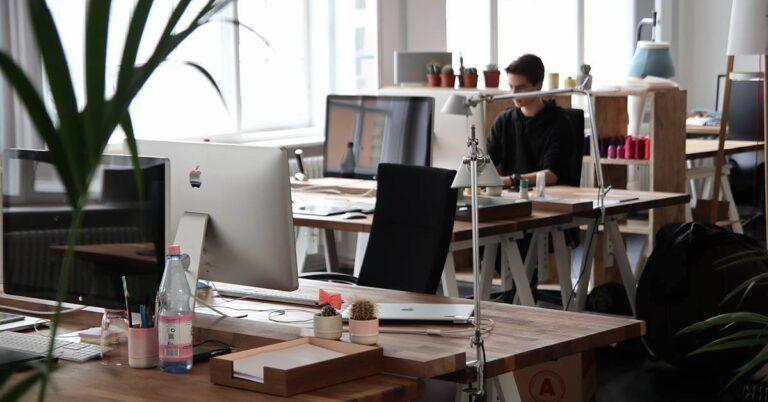 empleados, back office, oficina, mac, ordenador, apple, startup,