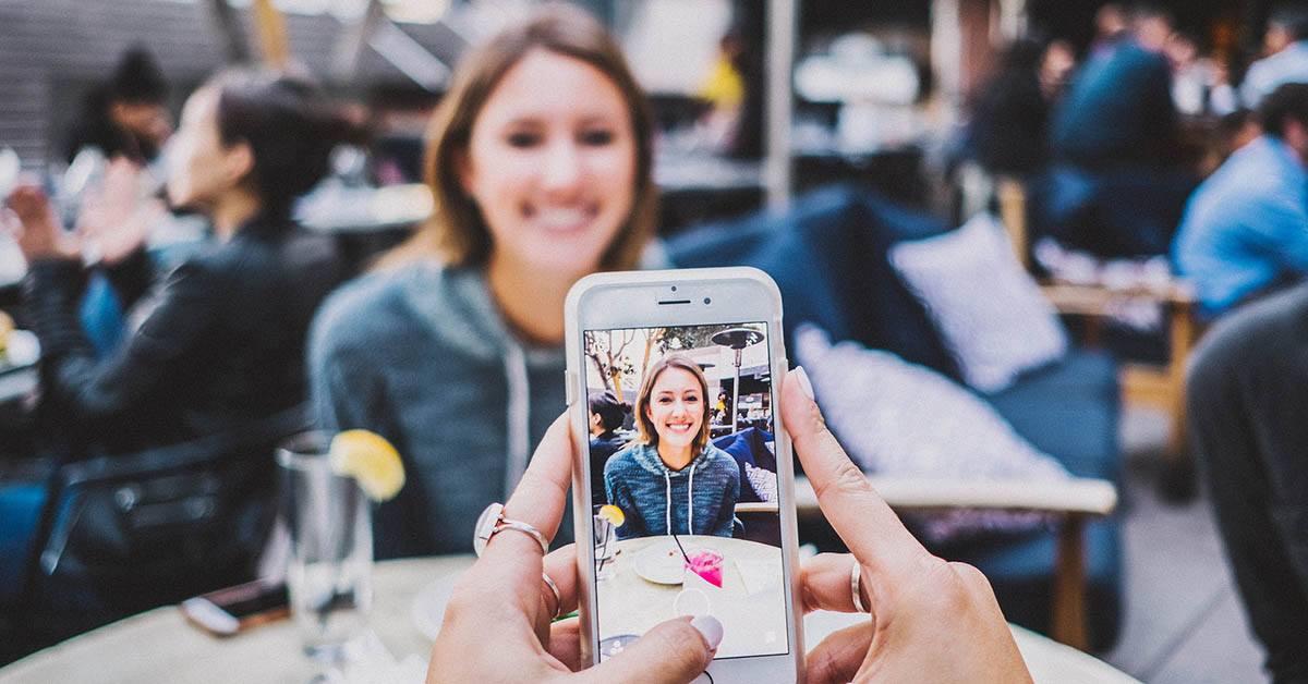 influencer, teléfono, marketing digital, restaurante, joven