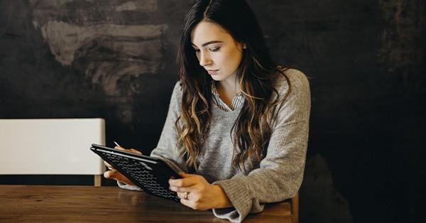 joven, ipad, negocios, customer experiencice, experiencia cliente,