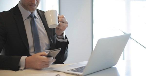 empresas, finanzas, chatbots, transformación digital, empresario, directivo, café, ordenador, digitalizacion,