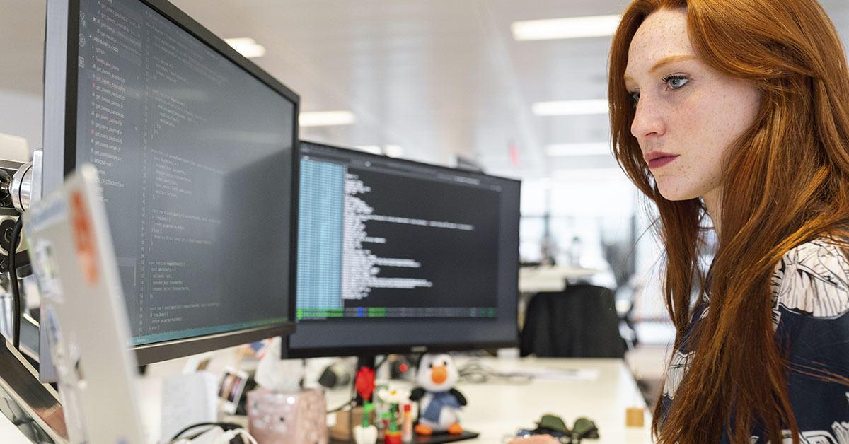 chica, ordenador, informática, peli roja, inform´´atica computacional, procesamiento de lenguaje natural, pln, NLP, Natural Language Processing, coding, office,