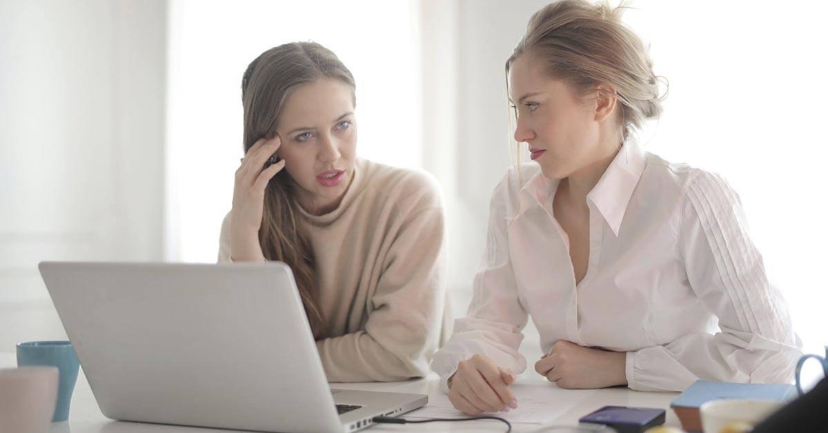mujeres, oficina, ordenador, frustraciones, trabajo en equipo